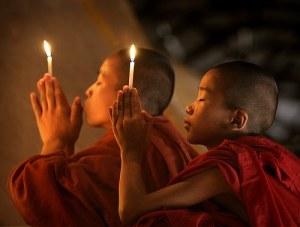 Monjes budistas. Visto aquí http://www.alcyonemasacritica.blogspot.com