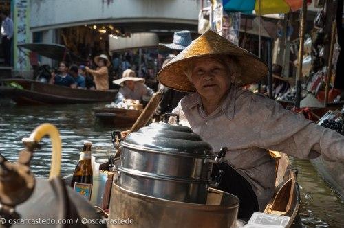 Mujer en los mercados flotantes de Damnoen Saduak