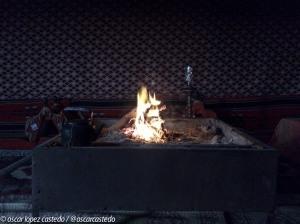 Calentarse en el fuego de las tiendas del campamento
